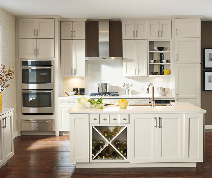 Off white Caldera cabinets in casual kitchen ... & Off White Cabinets in Casual Kitchen - Diamond Cabinetry